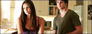 Comment la relation entre Elena et Jeremy évolue-t-elle ?