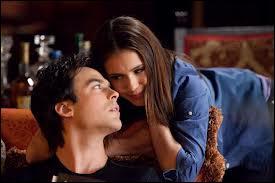 Qu'apprend-on sur la relation entre Elena et Damon ?