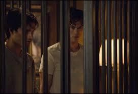 Dans la saison 5, qu'apprend Elena sur le passé de Damon ?
