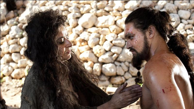 Le Khal blessé, lors d'un combat puis empoisonné par une maegi, devient inerte, aveugle et sans aucune volonté... Qui va lui ôter la vie pour en finir ?