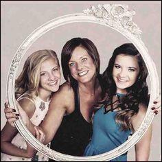 Ces trois filles sont Paige, Kelly et Brooke.