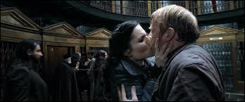 """Ah la la, cette fichue potion de polynectar rend tout le monde dingue. Ici, qui oublie qu'il en a avalée et se laisse goulûment embrasser par sa """"femme"""" ?"""