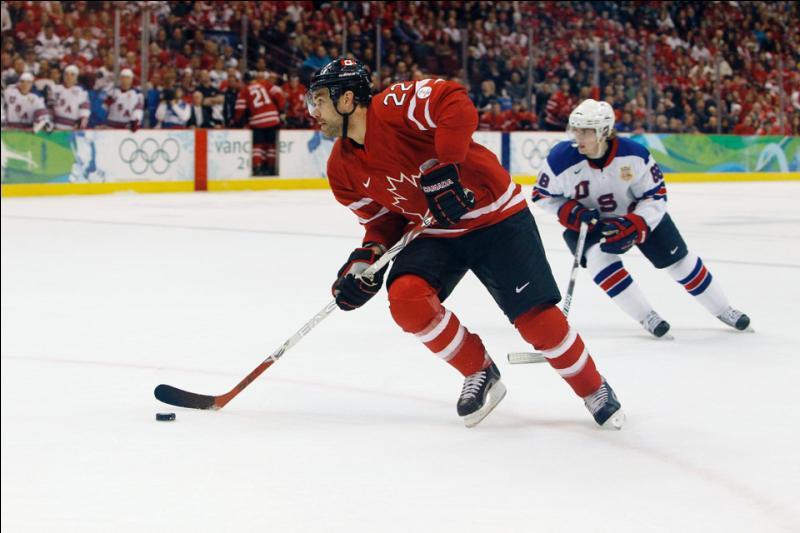 Qu'y a-t-il entre la zone d'attaque et la zone de défense au hockey sur glace ?