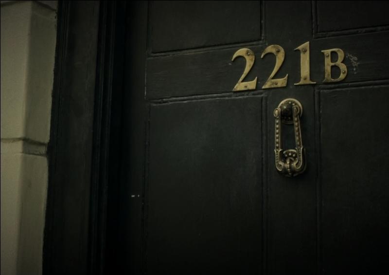 De qui Mrs Hudson est-elle la logeuse au 221B Baker Street ?