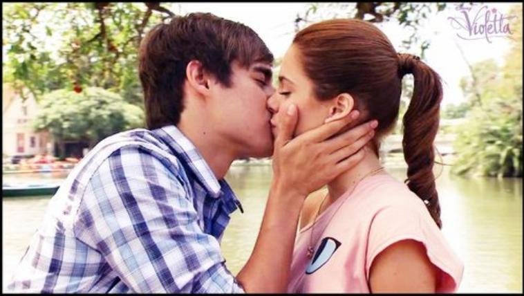 A qui Violetta donne-t-elle son premier baiser ?