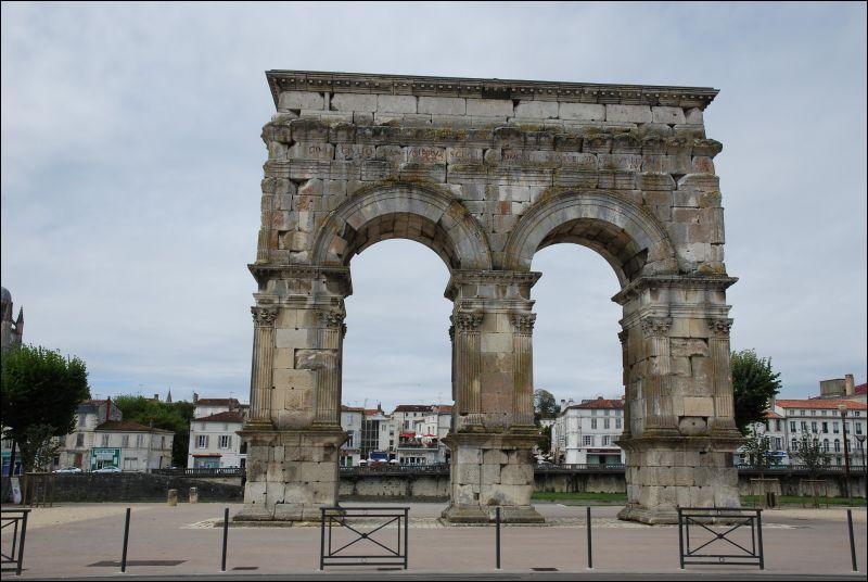 À Saintes, en Charente, outre un excellent cognac, on peut encore voir ce qui reste d'un amphithéâtre et une construction nommée  Arc de ...   Arc que quoi, d'ailleurs ?