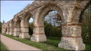 L'aqueduc  du Gier  est situé dans une cité très importante à l'épouse gallo-romaine. Laquelle ?