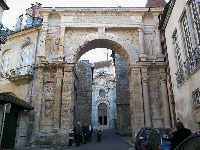 De quelle couleur est la porte romaine de Besançon ?