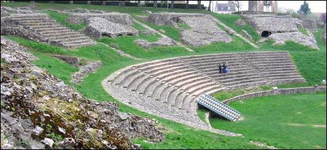 Dans quelle jolie ville bourguignonne trouve-t-on la Porte d'Arroux, la Porte Saint-André, un temple dit  de Janus , un rempart romain et un théâtre antique ?