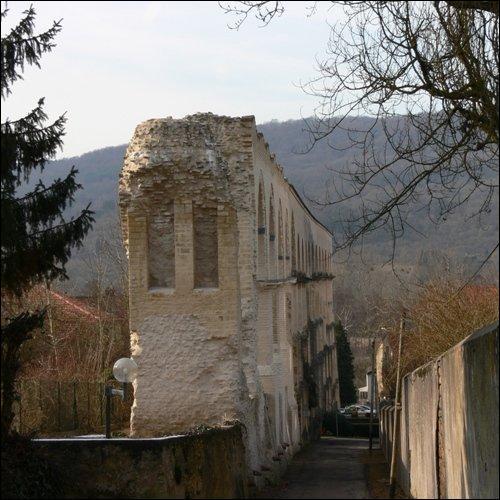 Quelle construction romaine trouve-t-on à Jouy-aux-Arches, en Moselle ?