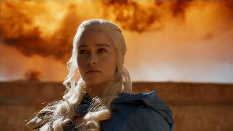 À Astapor, Daenerys prépare l'achat des huit mille Immaculés : son dragon est attaché à une chaîne, qu'elle donne en échange du fouet qui contrôle les esclaves. Quel mot prononce-t-elle pour retourner Drogon contre son nouveau maître ?