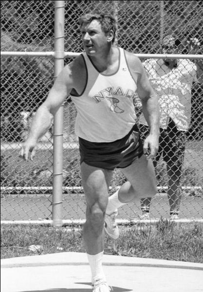 Dans quel discipline l'athlète américain Al Oerter a-t-il remporté 4 titres olympiques consécutifs entre 1956 et 1968 ?