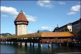 Où peut-on admirer l'attraction touristique le  Kapellbrücke , cet ancien pont en bois ? (cf. photo)