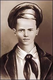 Parce que j'ai dénoncé mes parents comme mauvais communistes, Staline m'a proclamé Héros de l'union soviétique et Pionnier numéro 1. Qui suis-je ?