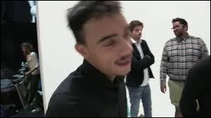 Dans ses vidéos, Jérôme est-il avec quelqu'un pour l'aider ? (Je ne compte pas les cadreurs et tout le reste)
