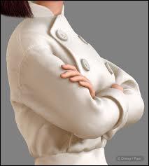 Ce n'est pas tout à fait une robe, mais c'est une veste toute boutonnée et bien blanche portée par ?