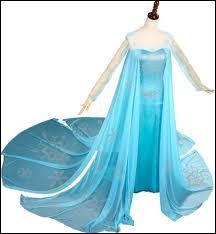 La somptueuse robe que voici, aussi délicate dans sa couleur changeante que dans le modèle à traîne, semble faite de mousseline, légère comme un souffle. Qui a la chance de la porter ?