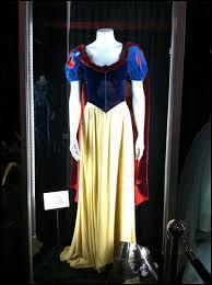 Reconnaissable entre toutes, cette robe à corset de velours noir, utilisée même pour faire le ménage en chantant, est celle de quel personnage ?