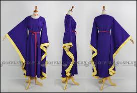 Une robe grandiose et remarquable, tant par l'ampleur des manches, que par le choix du violet profond. Elle peut être agrémenté d'une cape, pour en renforcer l'effet. De qui Est-ce la robe ?