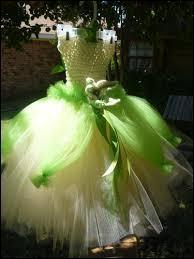 Qui porte cette robe à crinoline en blanc et vert, qui ressemble un peu à un gracieux nénuphar ?