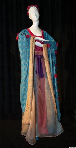 Revue par le grand couturier Missoni, à l'occasion d'une vente aux enchères de charité des robes de princesse de Disney redessinées par des grands couturiers, voici la tenue de... ?