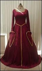 Rouge sombre rehaussé d'or, cette belle robe longue au décolleté carré est celle portée par... ?