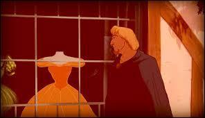 Dans la vitrine, et une fois n'est pas coutume c'est le jeune homme qui a l'oeil sur la robe, la jolie tenue de satin jaune d'or exposée est la robe que va porter... ?