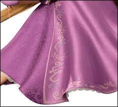 Cette très jolie robe à la jupe ample et godée, aux reflets satinés, entre rose et mauve, est en outre rebrodée. Qui a la chance de la porter ?