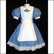 Encore une très simple et très belle robe bleu ciel ornée de blanc, assez proche de celle de la question 5, serait-ce donc une robe destinée à la même personne... Pour qui est-elle ?