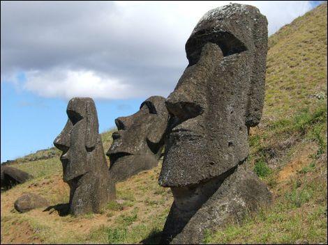 L'île de Pâques, en langue rapa nui  Rapa Nui , en espagnol  Isla de Pascua , est une île isolée dans le sud-est de l'océan Pacifique, particulièrement connue pour ses statues monumentales et ... le Rongo-Rongo. Qu'est donc ceci, mes braves ?