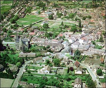 Entourée de champs céréaliers, cette grosse bourgade d'Eure-et-Loir porte le nom qu'un participe passé enivré aurait pu lui donner.