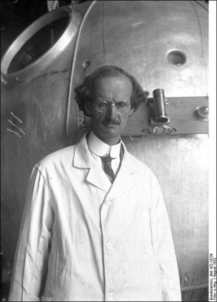 Ce célèbre savant  a détenu plusieurs records dont la plus haute altitude en ballon libre (15 781 mètres) et la plus grande profondeur avec son bathyscaphe (10 916 m dans le Pacifique). Il a inspiré Hergé pour le