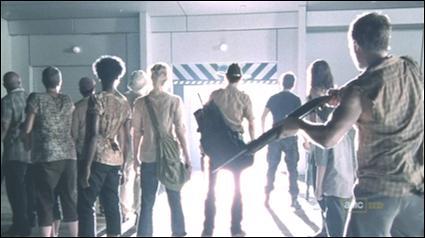 EP5. Le petit groupe est devant le CCM, il fait nuit. Rick dit avoir vu la caméra bouger, que lui répond Shane ?