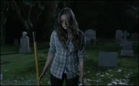 Dans la saison 3, épisode 1, où Emily se retrouve-t-elle après que les filles se soient endormies ?