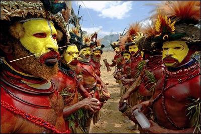 Un os en travers du nez, des plumes sur la tête, je vois ça d'ici, ah vous auriez l'air fin à vouloir imiter les natifs du coin !