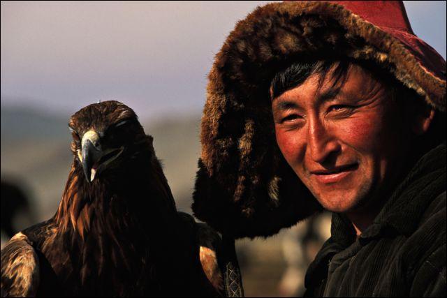 Pays de steppes et de yourtes , où l'aigle traque le loup !