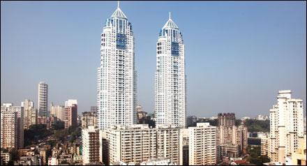 Quelles tours jumelles de 252 mètres dominent-elles Mumbai depuis 2010 ?