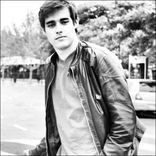 Je suis un acteur mexicain né à Guadalajara le 19 décembre 1991. Qui suis-je ?