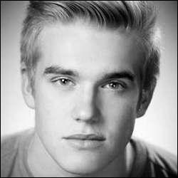 Je suis un acteur britannique né à Basildon le 25 mai 1993. Qui suis-je ?