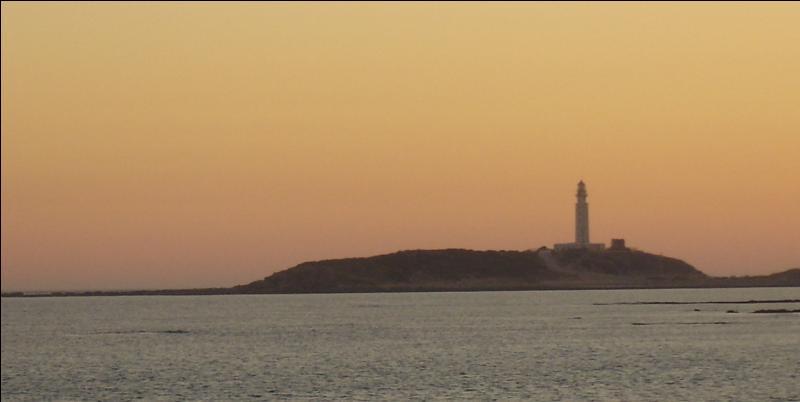 Sur l'une des extrémités duquel de ces détroits le cap de Trafalgar est-il situé, célèbre pour avoir donné son nom à la bataille navale qui s'y est déroulée en 1805 ?