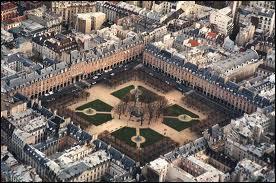 Pourquoi la place Royale de Paris a-t-elle été rebaptisée place des Vosges sous la Révolution ?