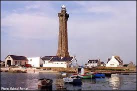 Quelle bataille napoléonienne de 1809 a indirectement laissé son nom à un phare breton ?