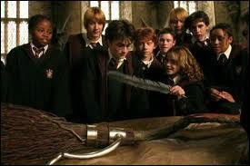 A la fin du film  Harry Potter et le Prisonnier d'Azkaban , Harry reçoit un Éclair de Feu, qui lui a offert ?