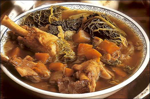 Cette soupe au chou avec morceaux de légumes et viandes confites (cuisses d'oie ou de canard), traditionnelle de la cuisine gasconne, est :