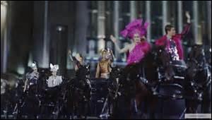 Que porte Kathniss pendant la parade ?