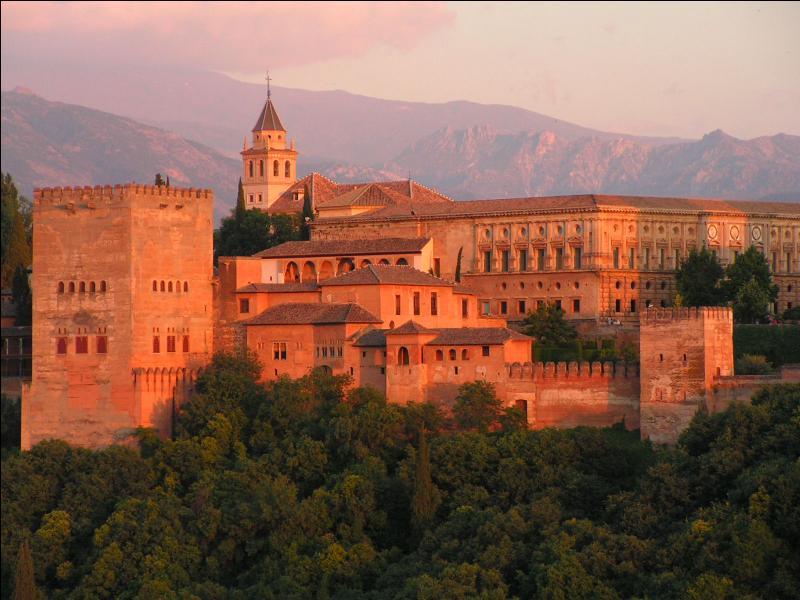 Quel roi d'Espagne a fait agrandir le palais de l'Alhambra d'un jardin à l'italienne ?