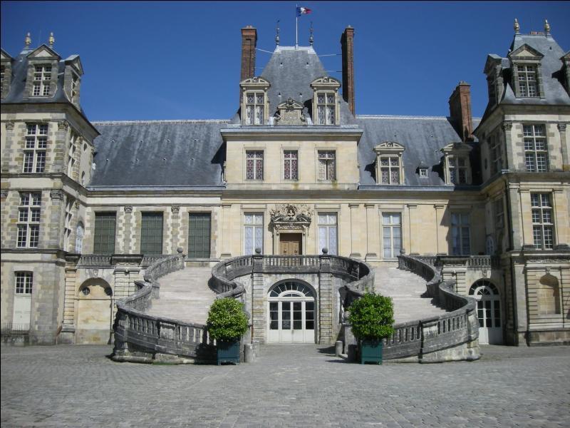 Quel château d'Île-de-France est surtout connu pour son escalier en fer-à-cheval ?