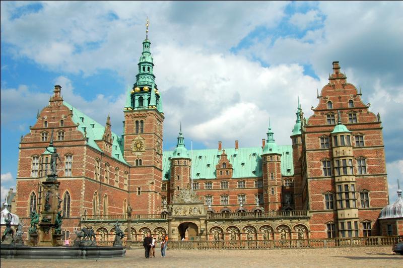 Comment s'appelle le château royal du Danemark, qui est reconnaissable à ses toits verts ?