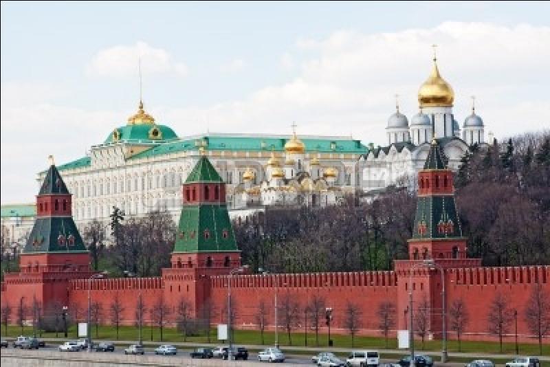 Quelle ancienne résidence des tsars est connue pour ses murs rouges ?