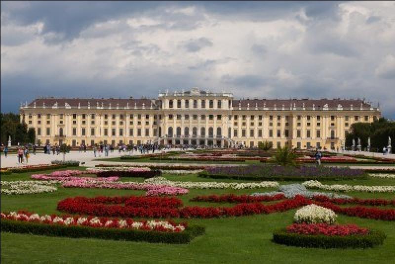 De quelle dynastie autrichienne, Schönbrunn était-elle la résidence secondaire ?